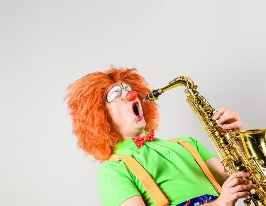 Клоун-дирижер и симфонический оркестр