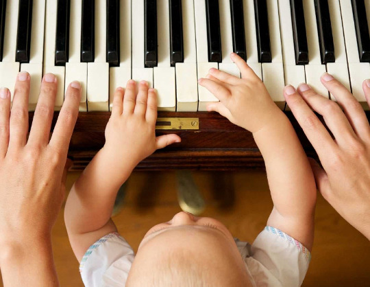 Маленькая хозяйка учится играть