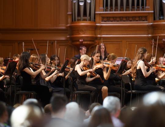 Симфонический оркестр студентов Московской консерватории. Дирижёр —  Юрий Симонов